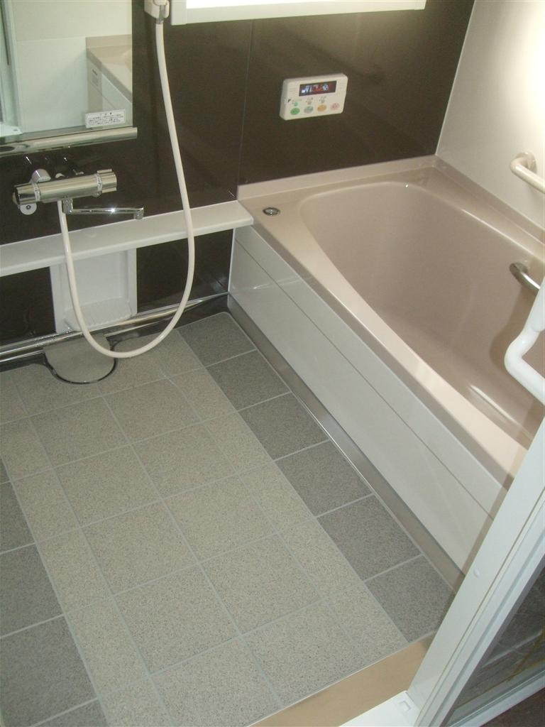 少し広い浴室ですが、システムバスにしてください。