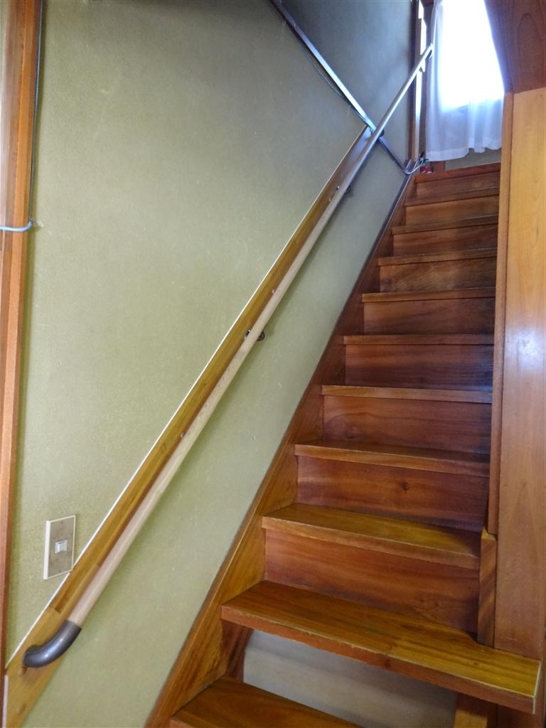 階段と廊下に手すりを設置してください。
