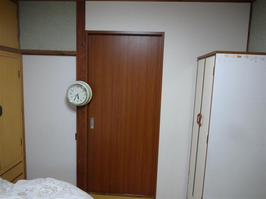 古い家ですがここに住み続けます。寝室入口扉