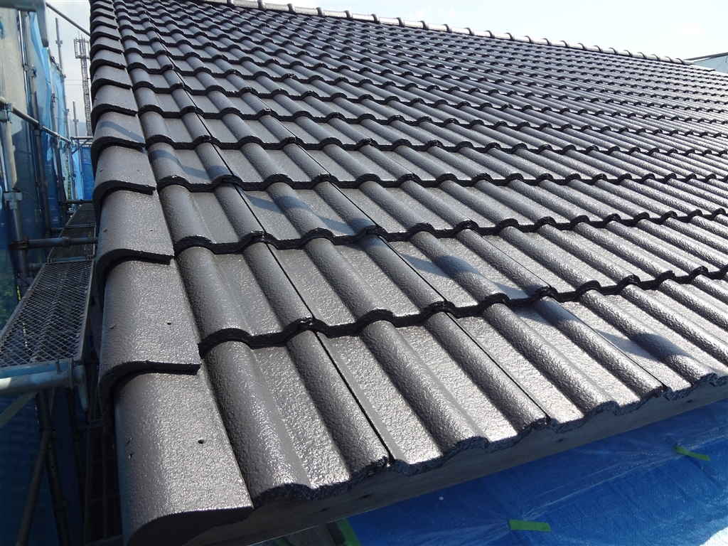 洋瓦の屋根を塗装します。
