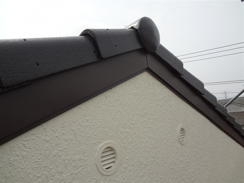 屋根の破風板を板金で捲きました。