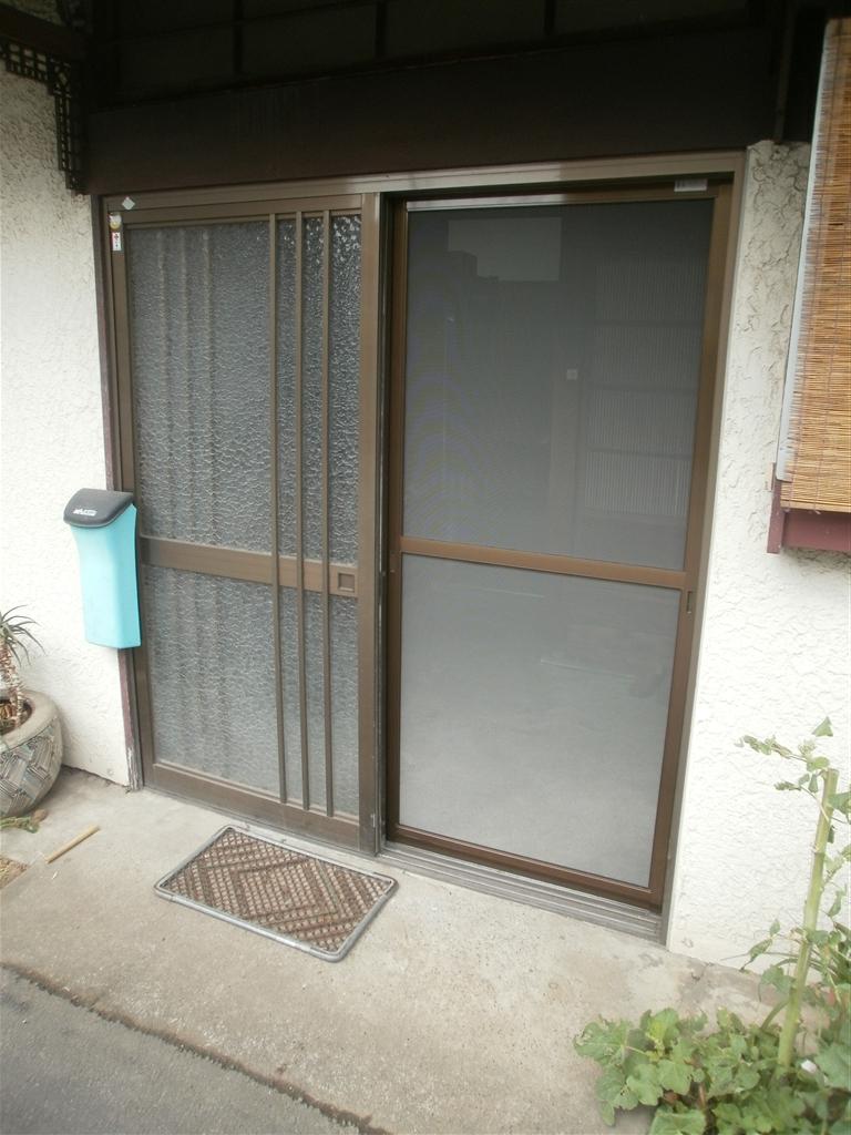 1F:玄関・勝手口・寝室網戸 新規取付 2F雨戸戸箱補修