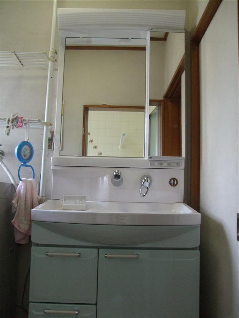 古くなった洗面化粧台の取替え