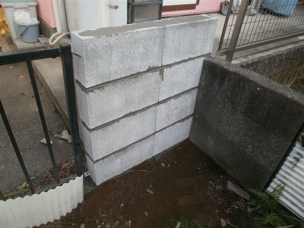 外の塀を少しだけ・・・補修してください。