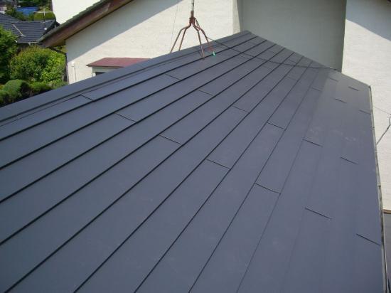 大屋根は瓦を辞めてガルバリュウム・下屋根は塗装して補修してください。