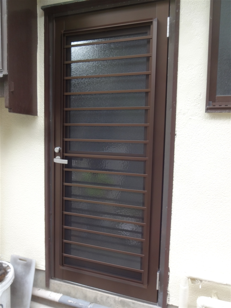 勝手口の扉に網戸・・・ではなくて、扉取替え