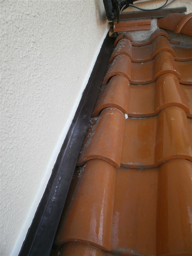 雨漏りしている。谷?穴? 玄関屋根