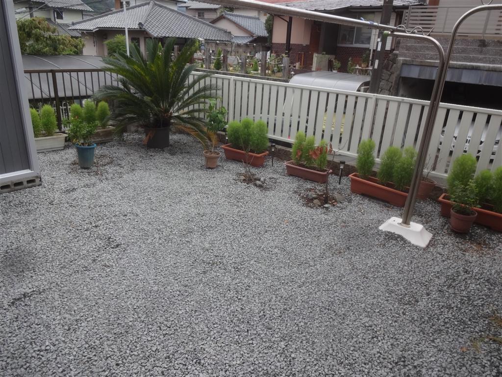 隣りの方に迷惑掛けてるので、フェンスと庭園を! 庭