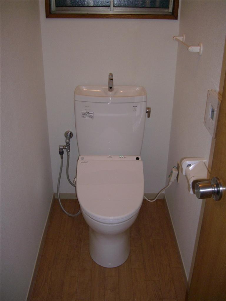 結露が酷いトイレです。内装も♪
