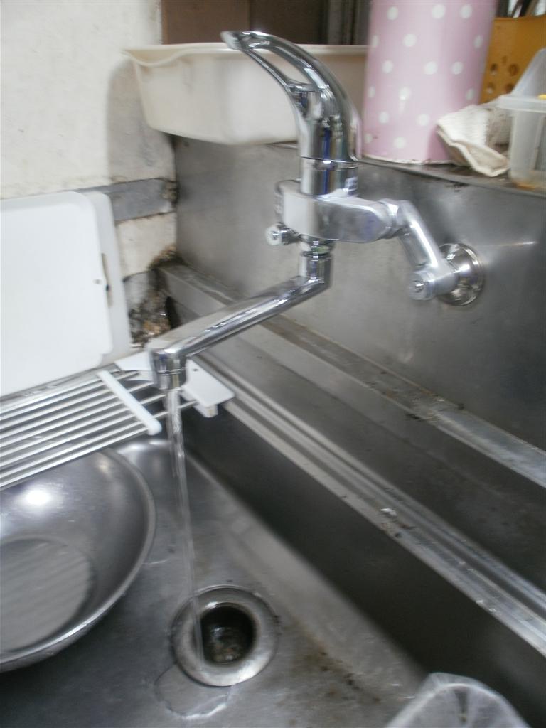 建直せない!と、すると・・・台所 水栓取替え