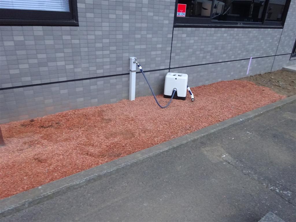 ビルの入口に外・水道を設置。