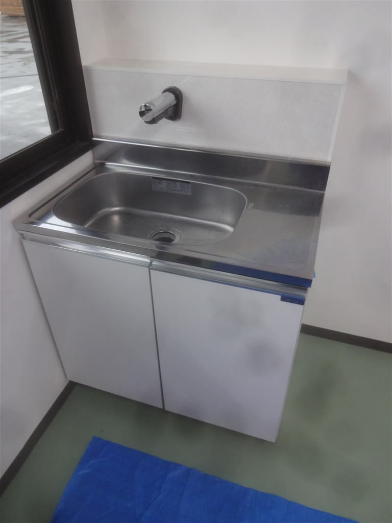 ビルの入口に手洗いを衛生上設置。