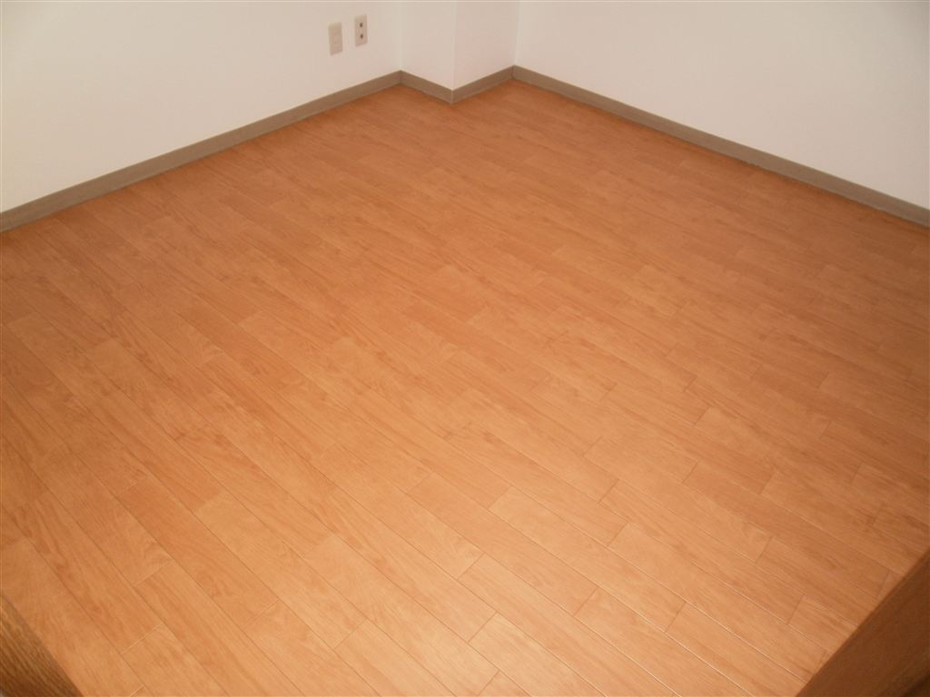 このマンションの部屋を手入れしやすい床に!