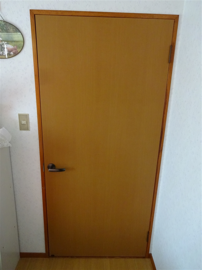 2F寝室扉 下が少しボロボロなんで!