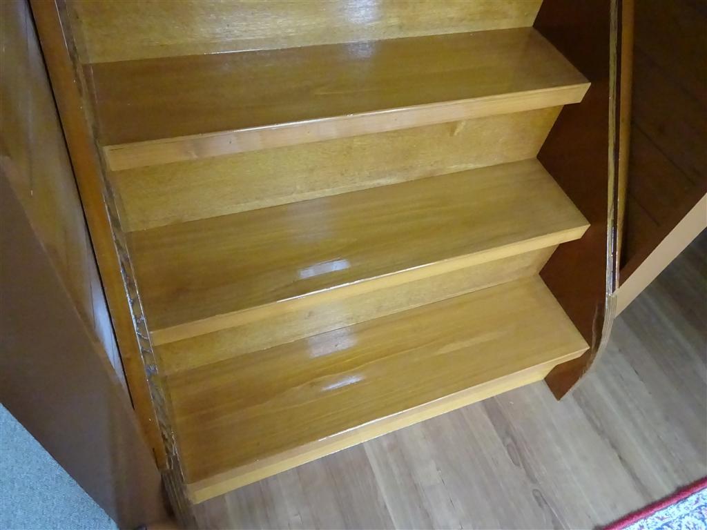 階段をきれいに♪もう噛ませません! 上に無垢板貼り⇒塗装