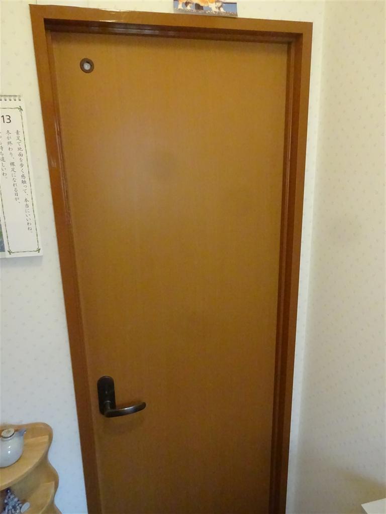 トイレ扉も取替え♪枠も塗装