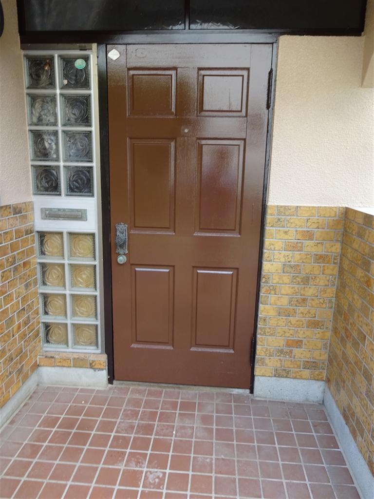 この家で暮らしていくしか・・・ 玄関扉塗装+クローザー取付