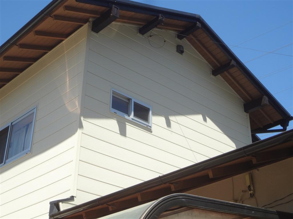 この家で暮らしていくしか・・・外壁サイディング貼り+窓取替え④