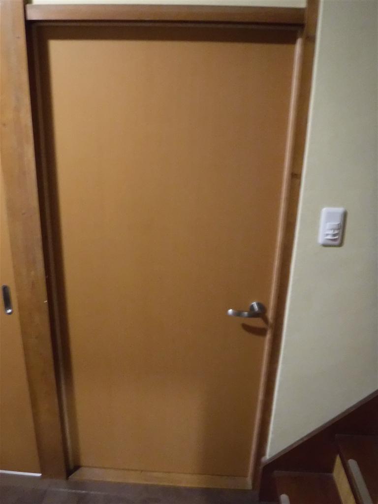 この家で暮らしていくしか・・・居間 入口扉