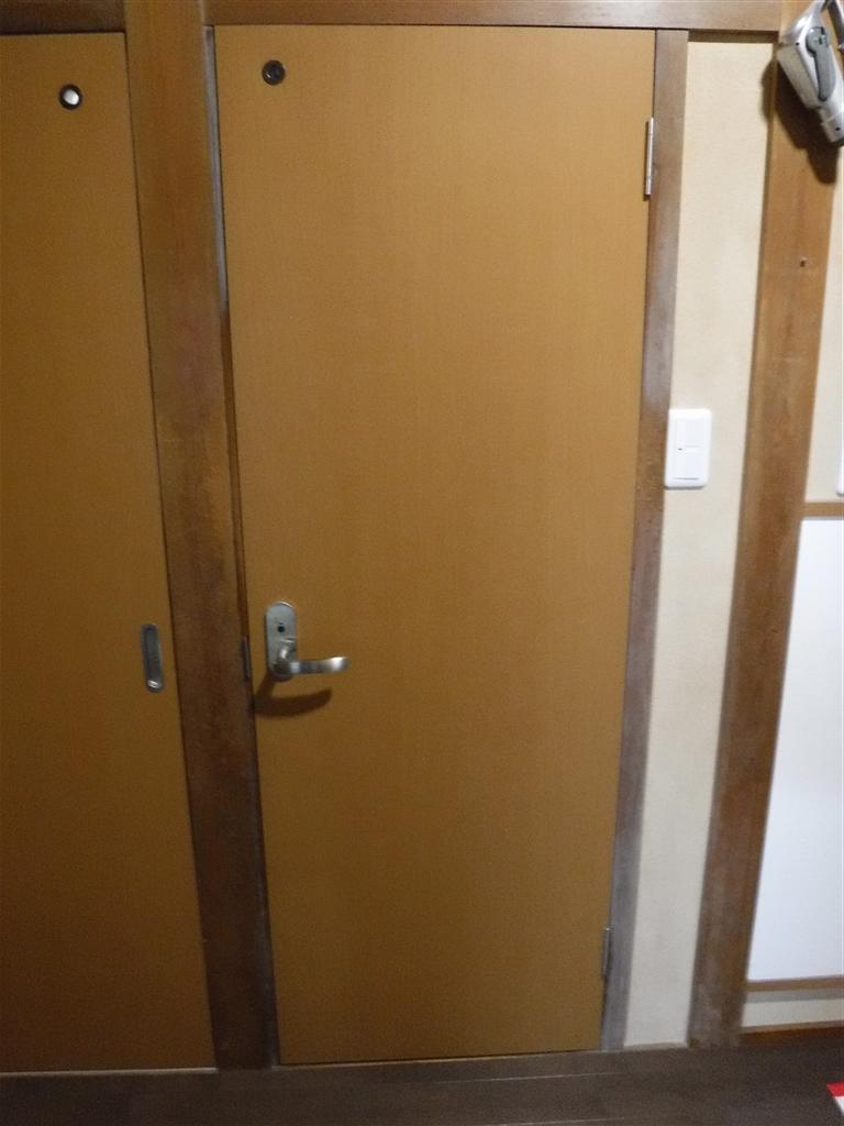 この家で暮らしていくしか・・・トイレ扉取替え