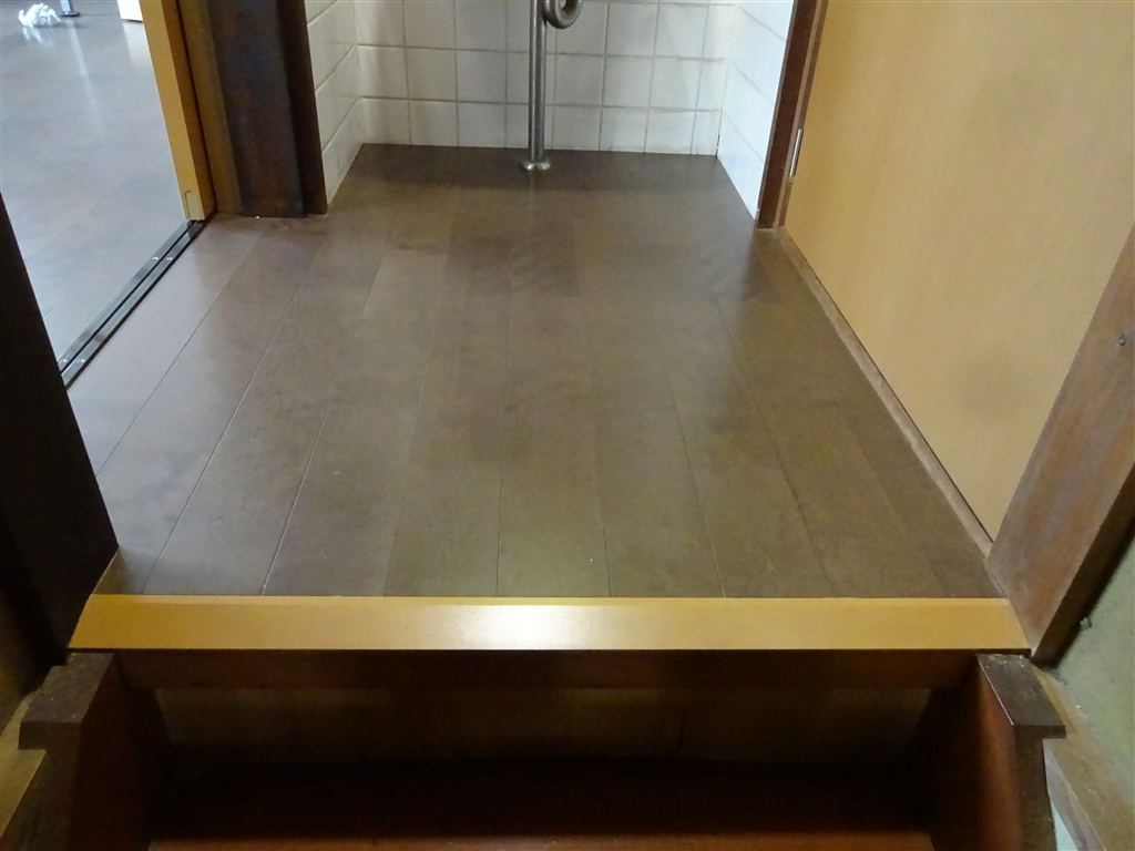 この家で暮らしていくしか・・・2Fの部屋を1つに!階段上 床 + 収納扉