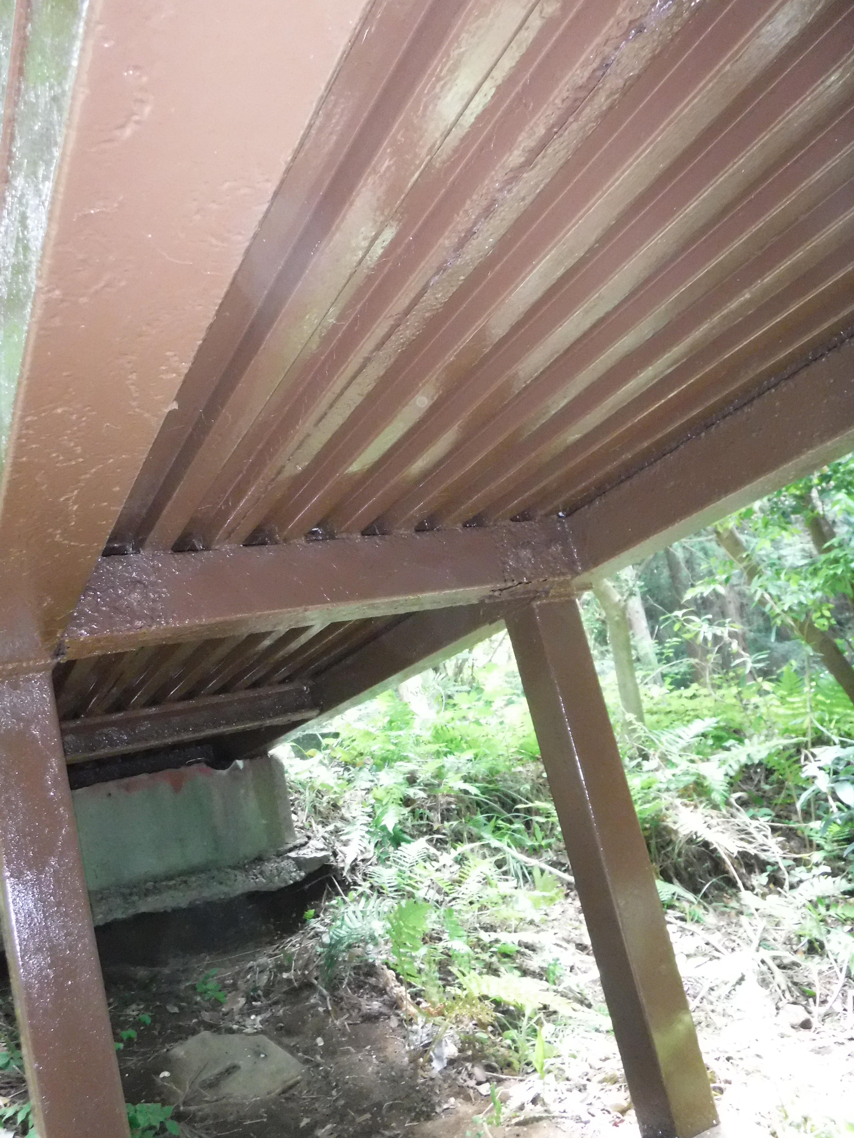 山の中の家。橋の下側・橋脚