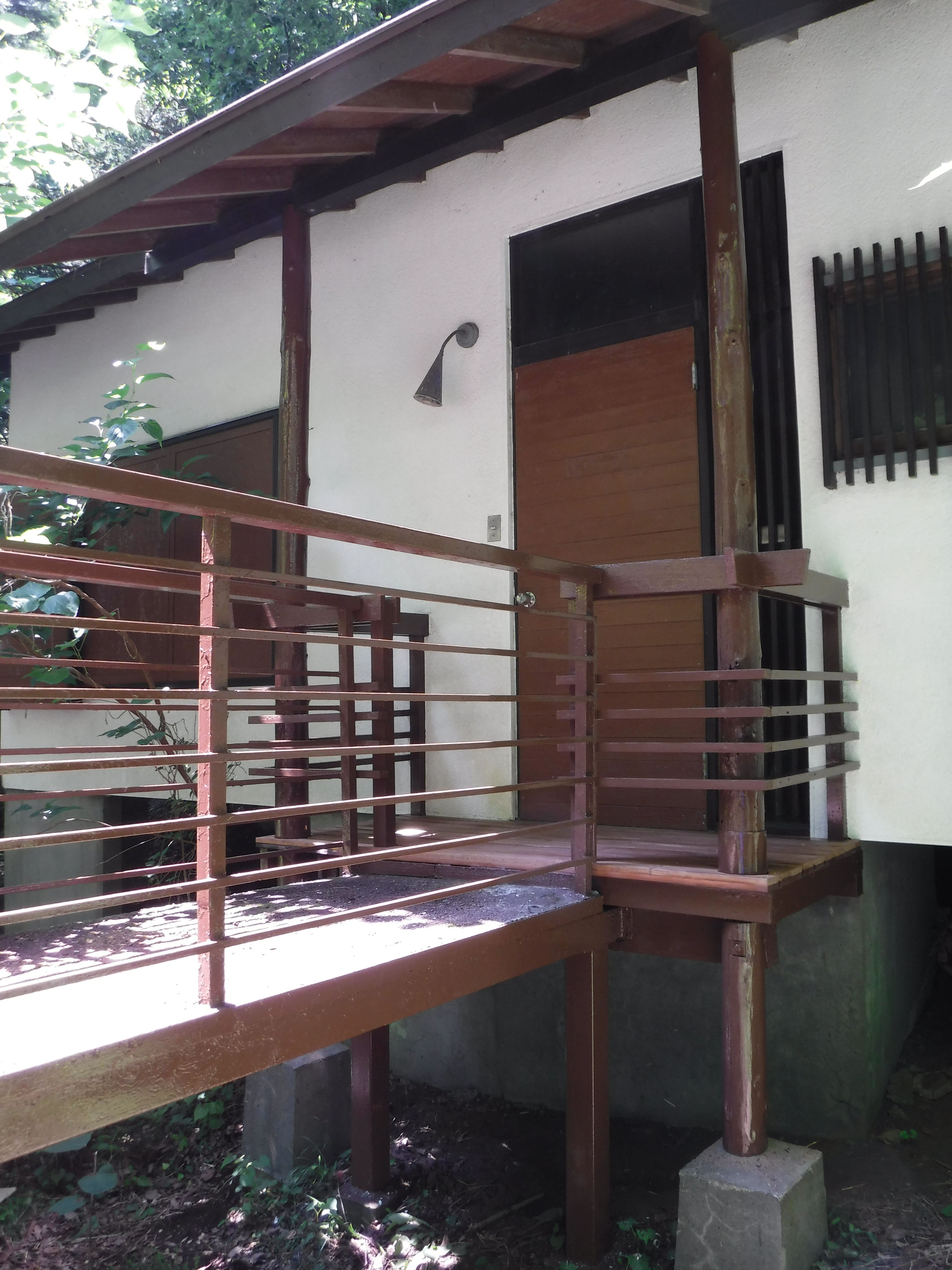 山の中の家。玄関手すり・柱