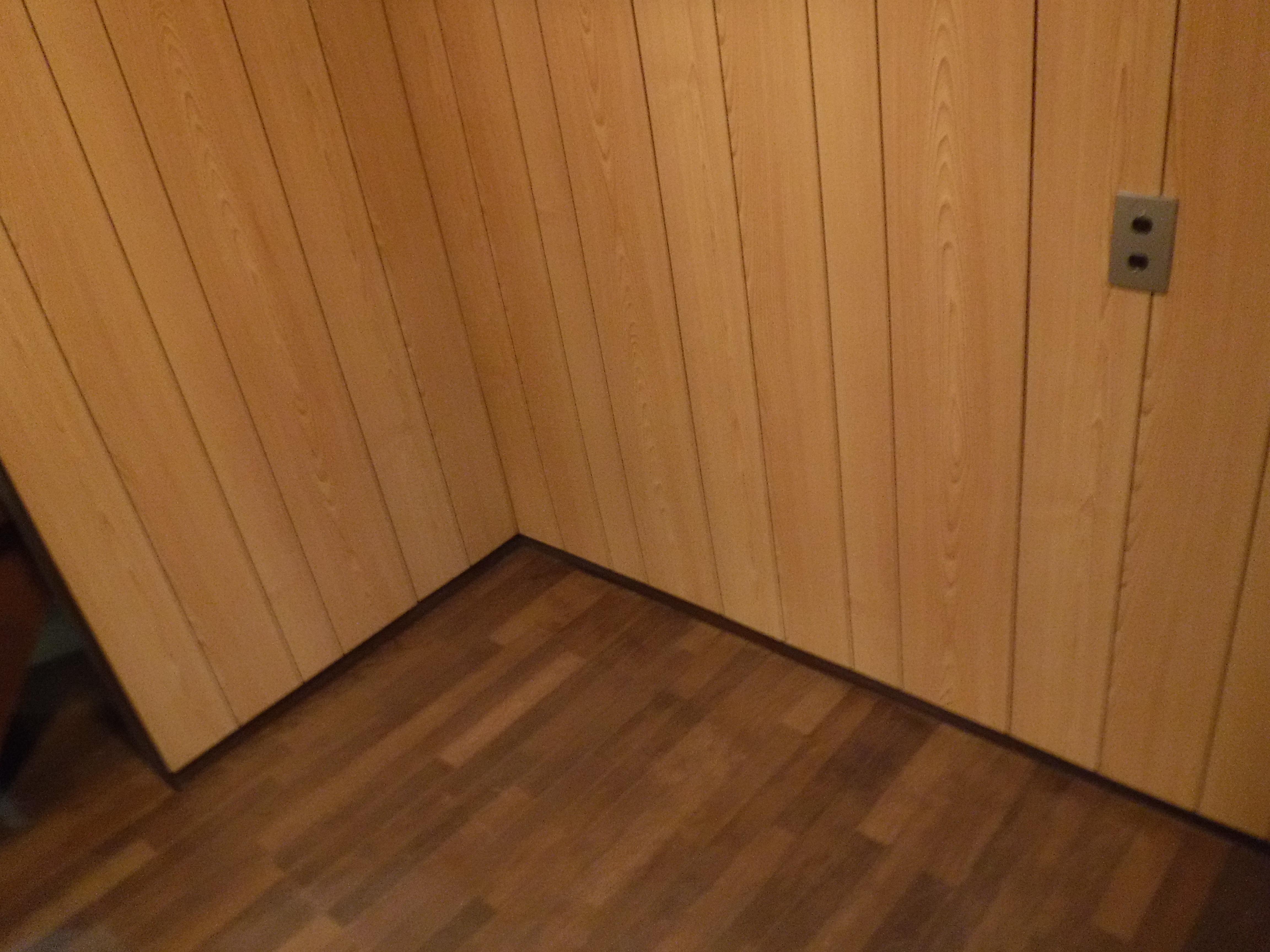 山の中の家。台所の壁補修