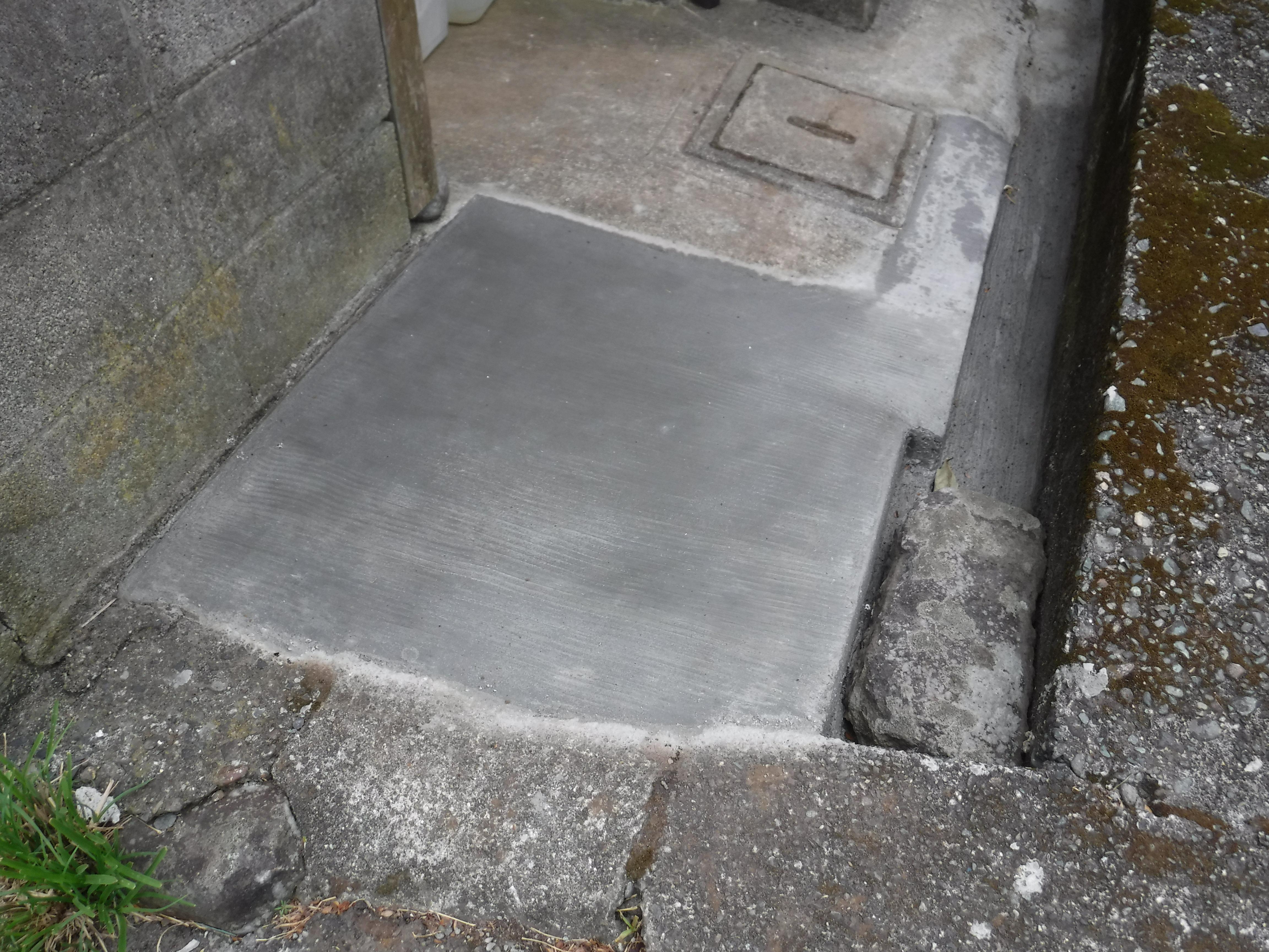 駐輪場横の地面が割れてしまいました。