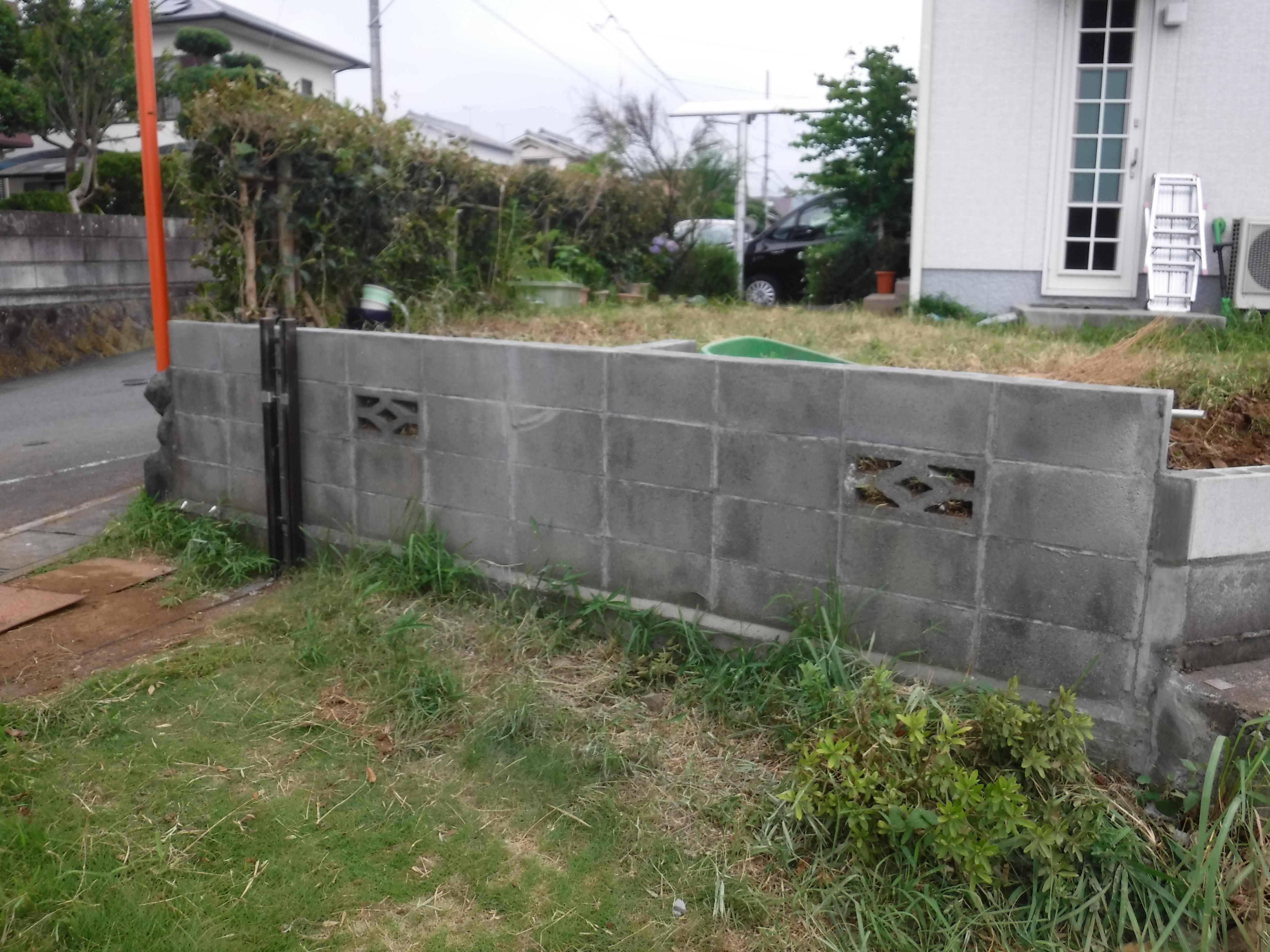 倒れそうなブロック塀・・・低くするだけにします。