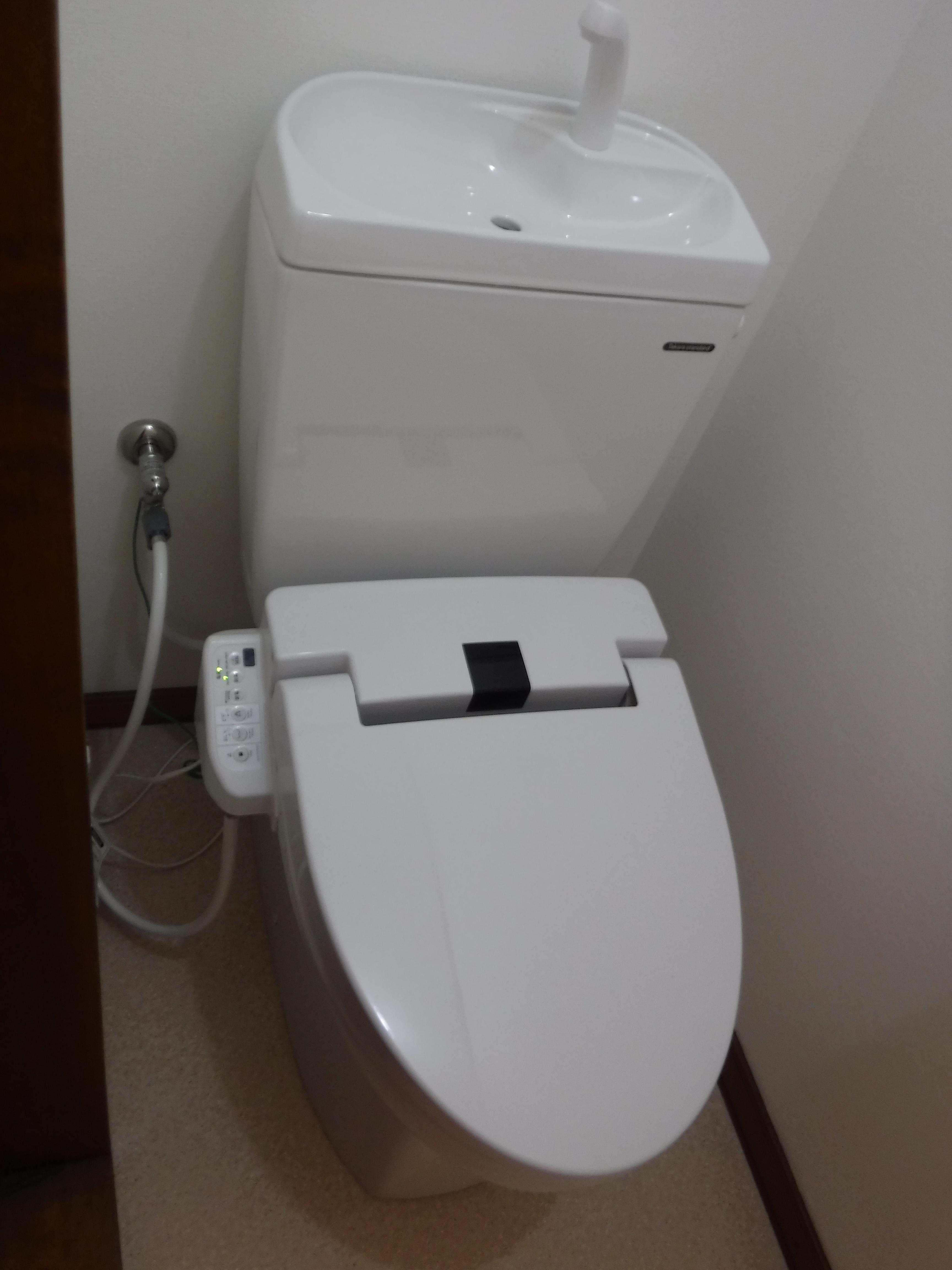 次の方が来る前に♪お尻を洗えるトイレに改装!