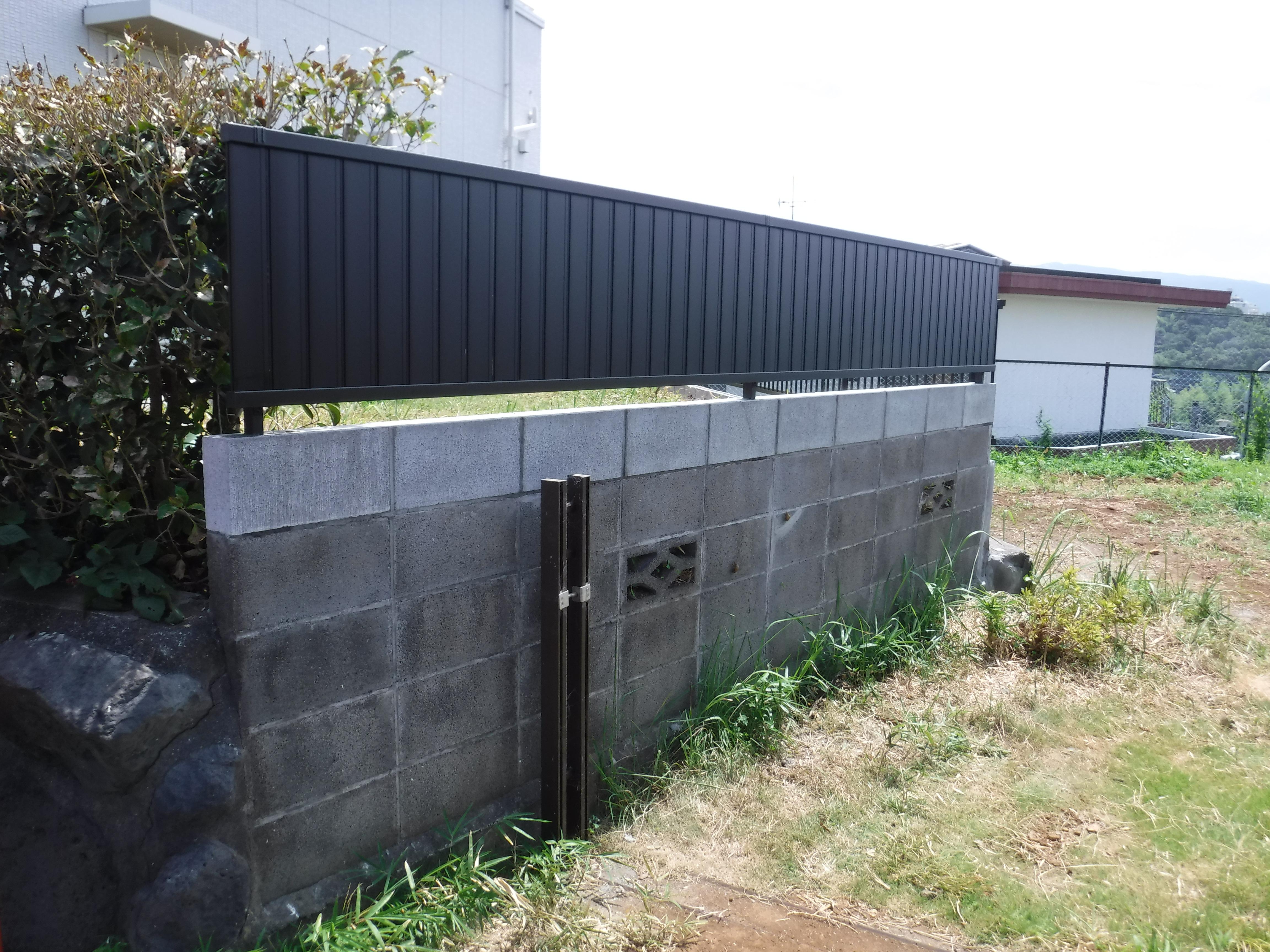 倒れそうなブロック塀・・・低くして目隠しフェンスを!