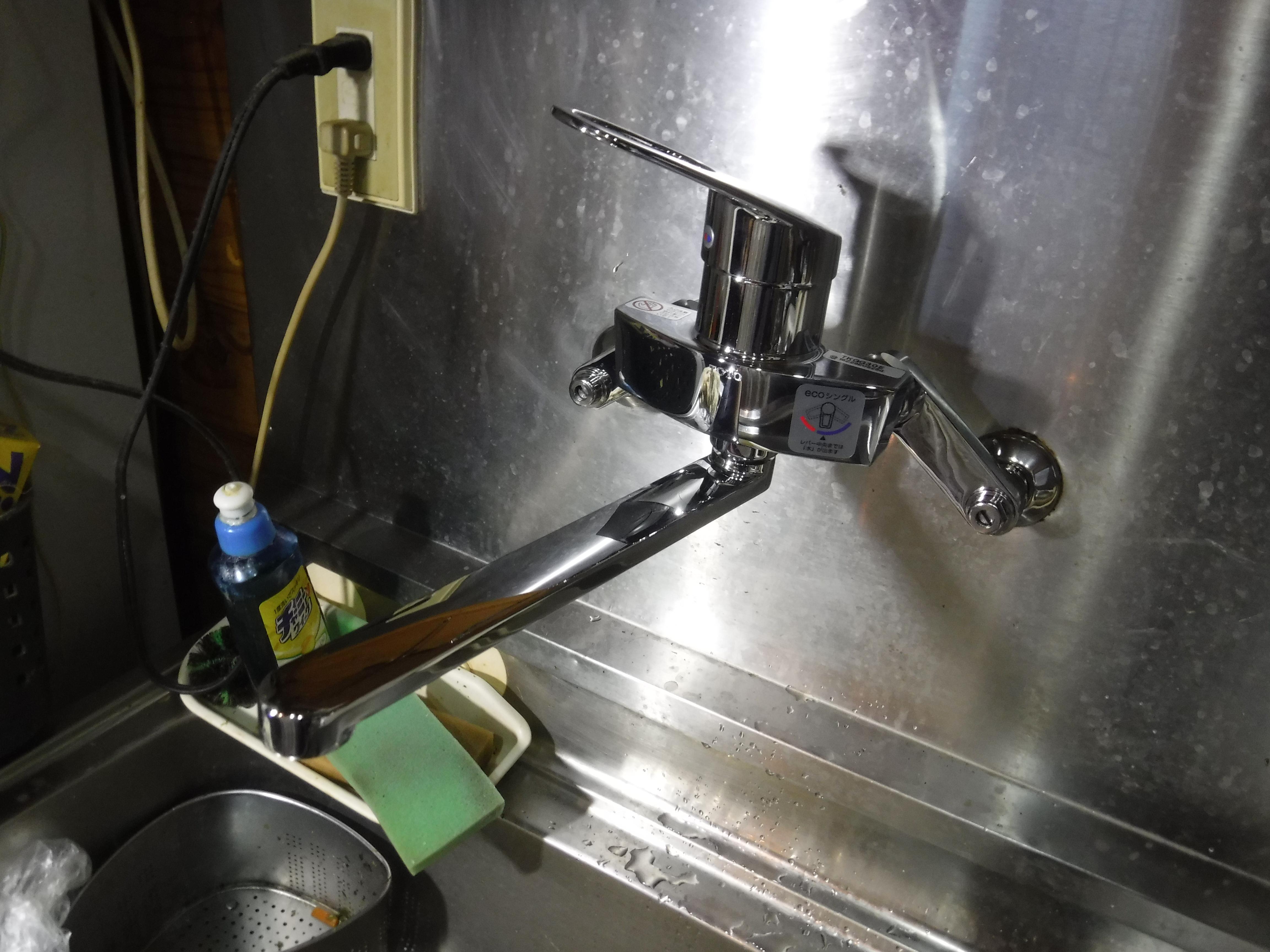 ワワッ!破裂しました。大変です!一緒に台所水栓も取替え