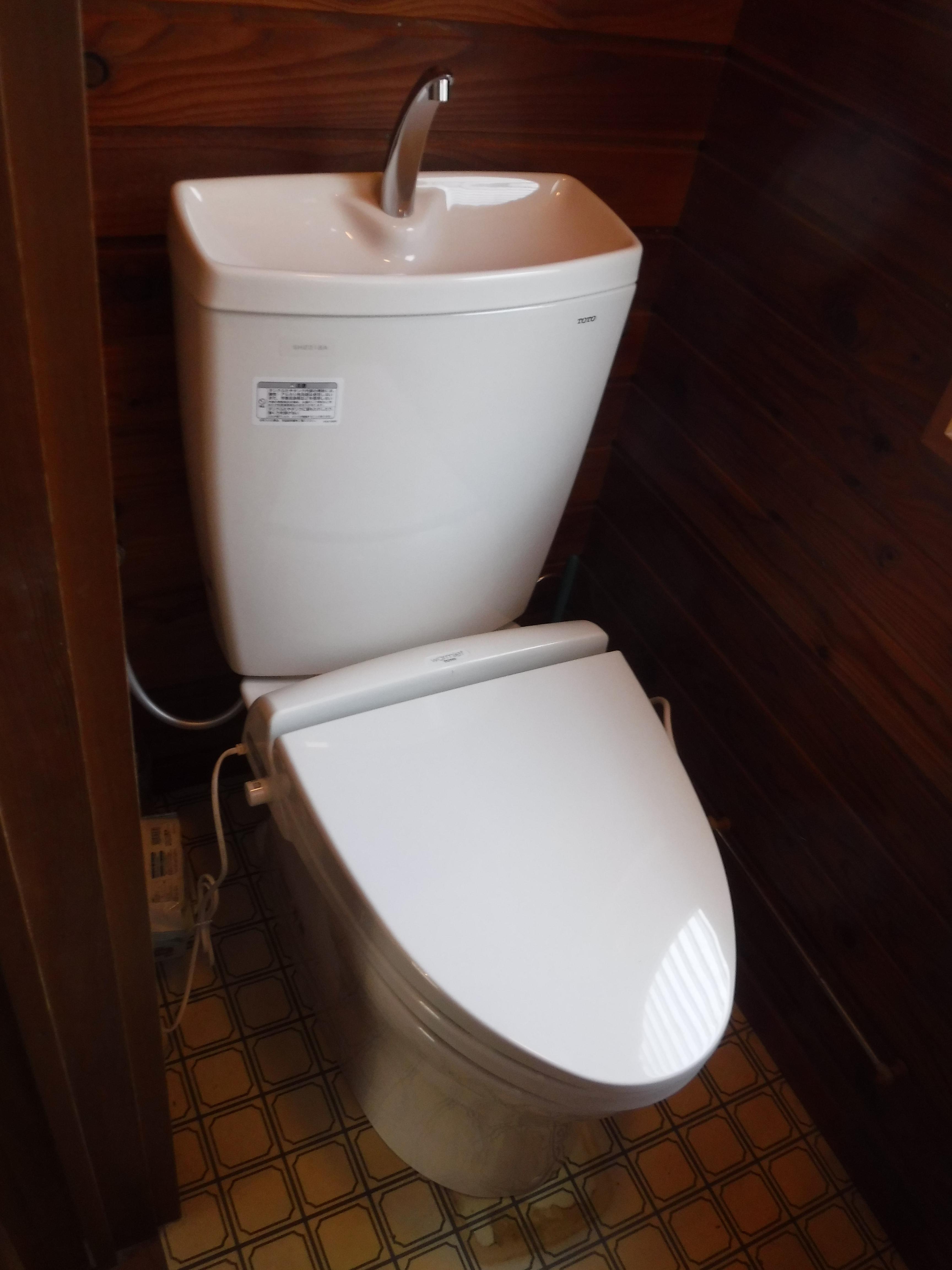 ワワッ!破裂しました。大変です!一緒にトイレも取替え