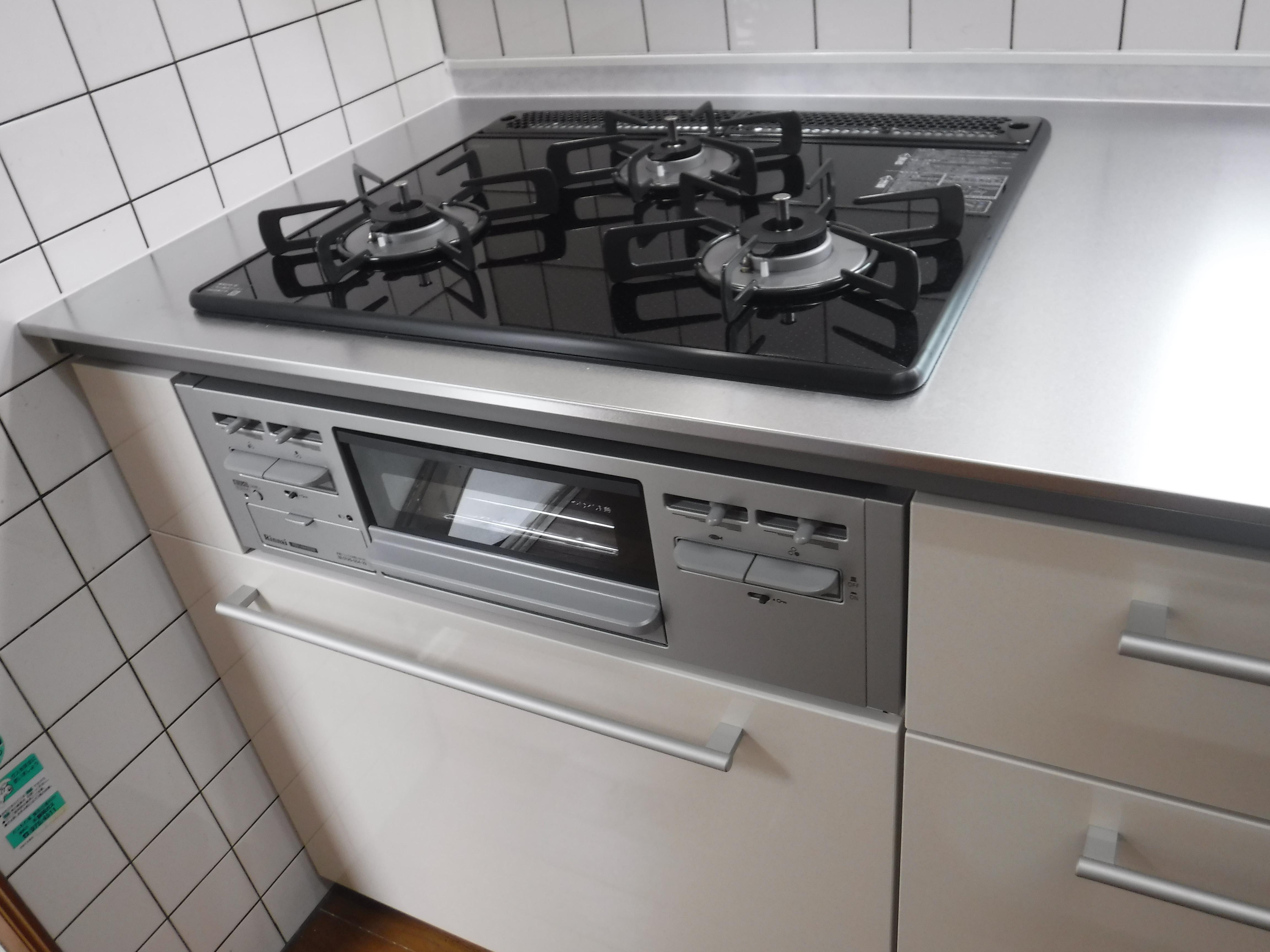 漏水していました。お金を貯めて改装工事 キッチン クラッソ ガラストップガスコンロ
