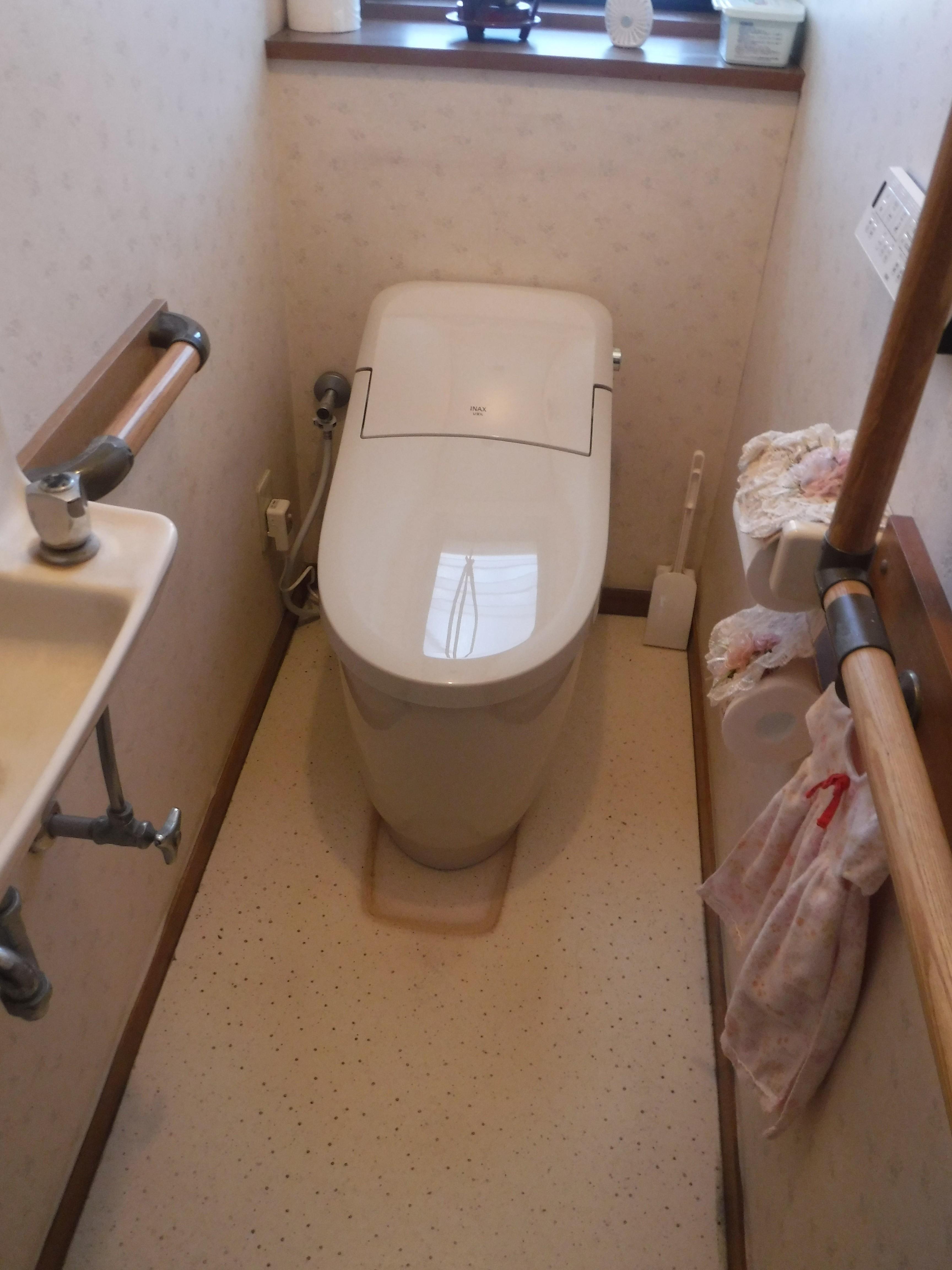 以前、介護用の手すりを取付てもらったトイレ・・・取替えてください♪