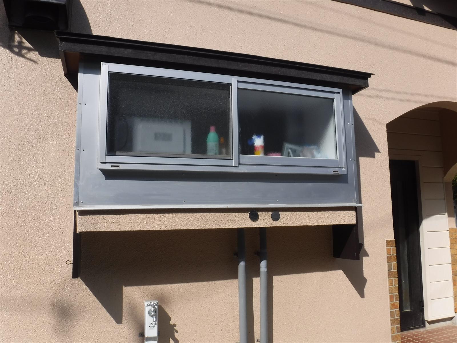 この家で暮らしていくしか・・・キッチン出窓 外側撮影