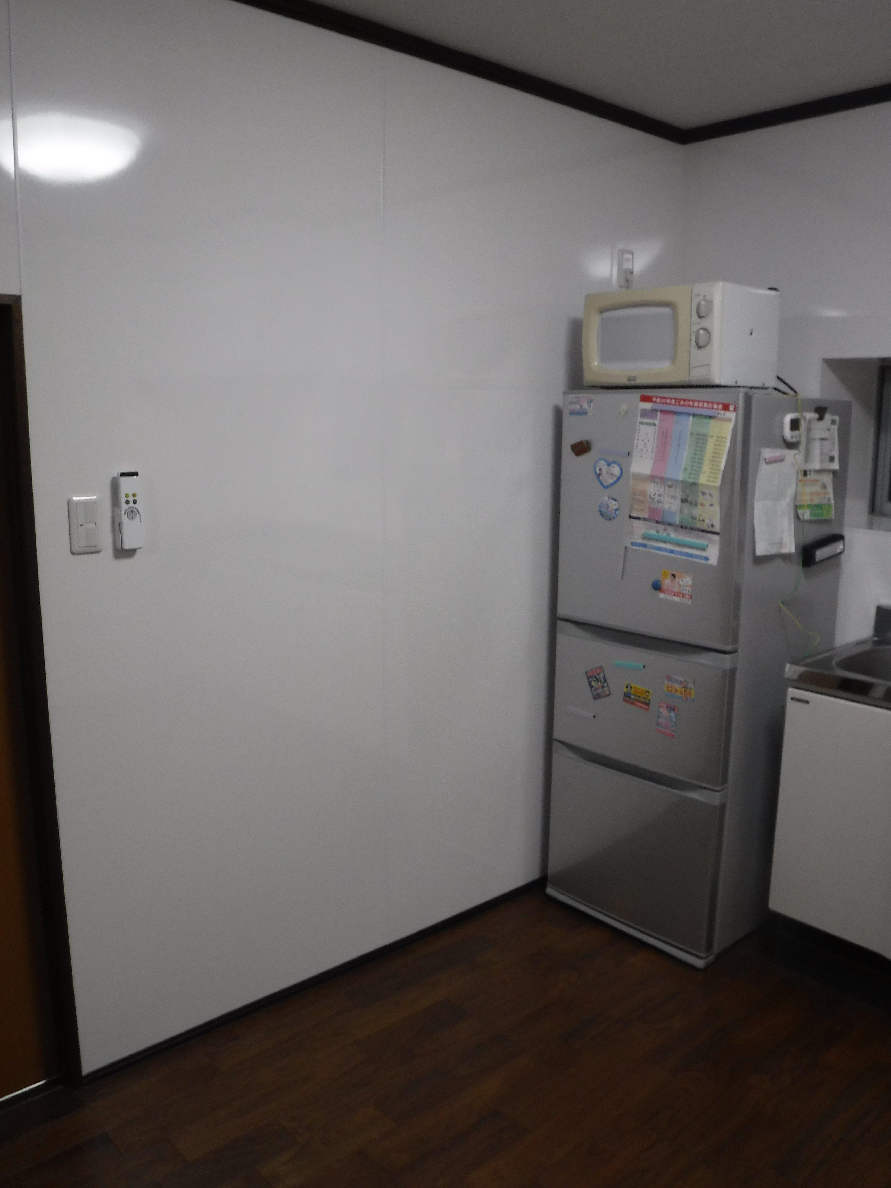 この家で暮らしていくしか・・・キッチン壁 パネル貼り
