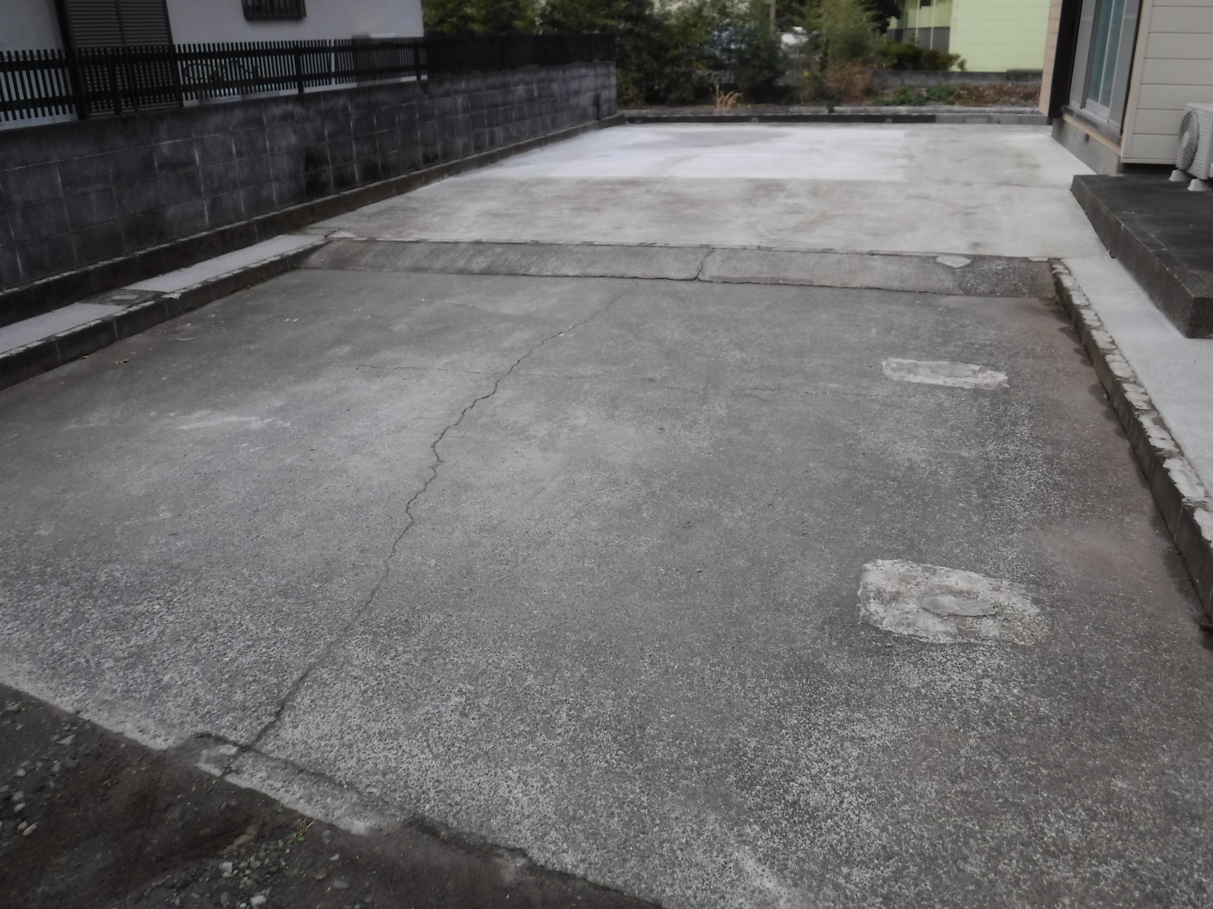この家で暮らしていくしか・・・庭 2年後 駐車場 コンクリート