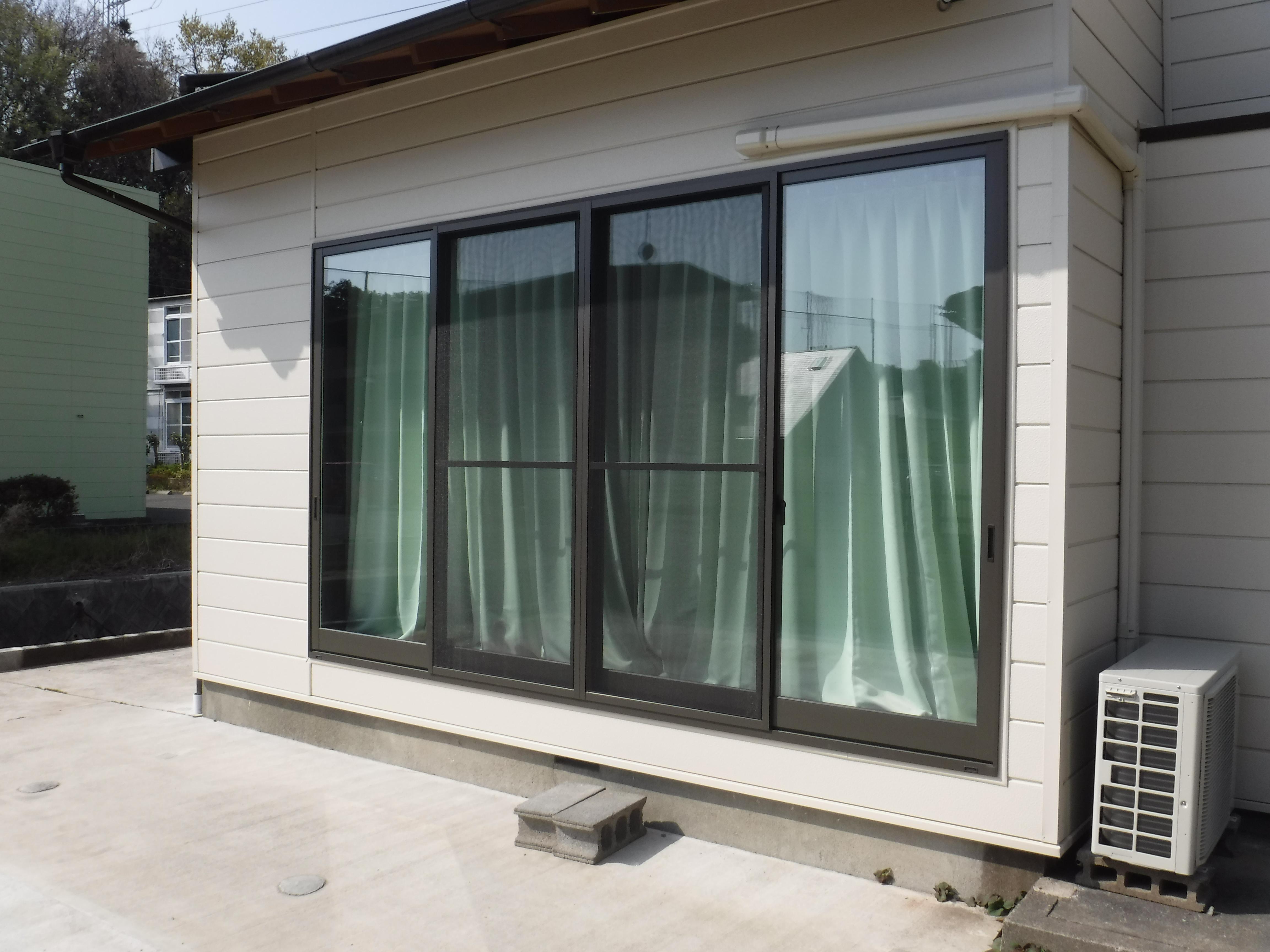 この家で暮らしていくしか・・・更に超拡大 窓 外側