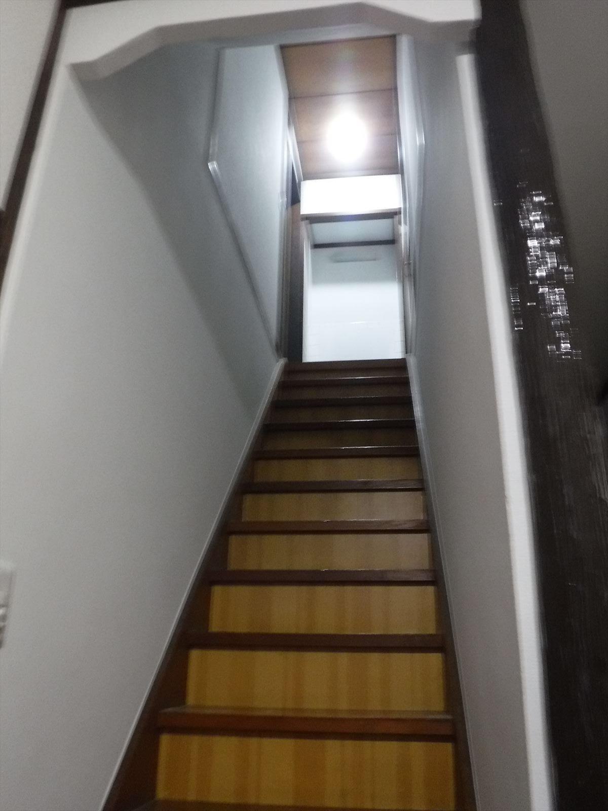 この家で暮らしていくしか・・・更に超拡大 階段 塗装工事