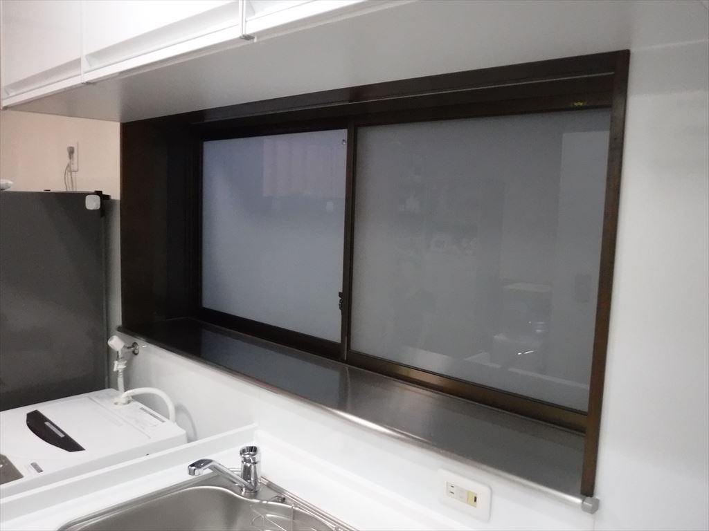 洗濯機をキッチンの隣に並べるしか・・・!窓取替え