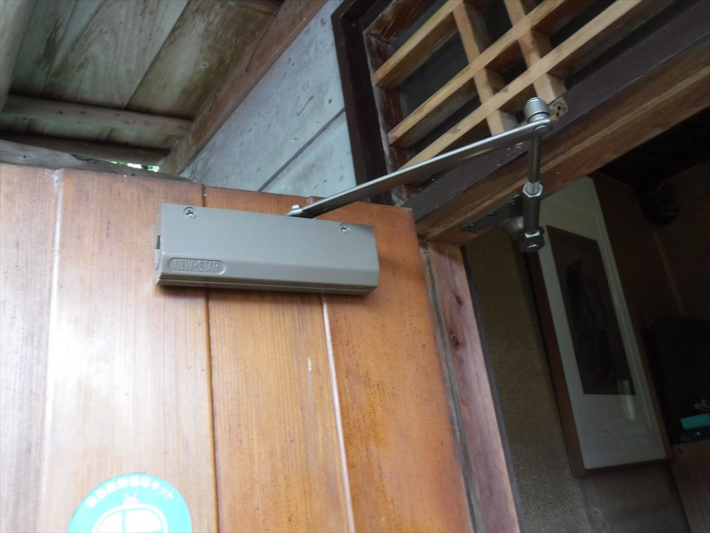 木製の玄関扉・・・離れの方はドアクローザー交換で!