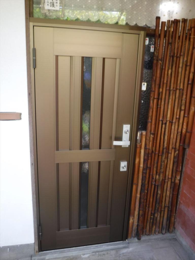木製の玄関扉・・・サッシ扉に取替え可能?